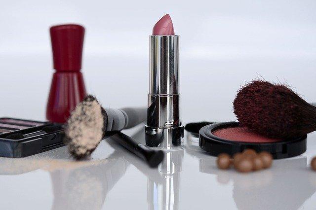 Berbagai Produk Kosmetik Yang Membuat Wajah Mengkilap